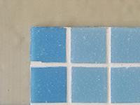 Керамическая мозаика, наклееная на стену, обработанную составом ЛАХТА® эластичная гидроизоляция однокомпонентная