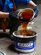 Смешивание компонентов полиуретанового герметика ИЖОРА®